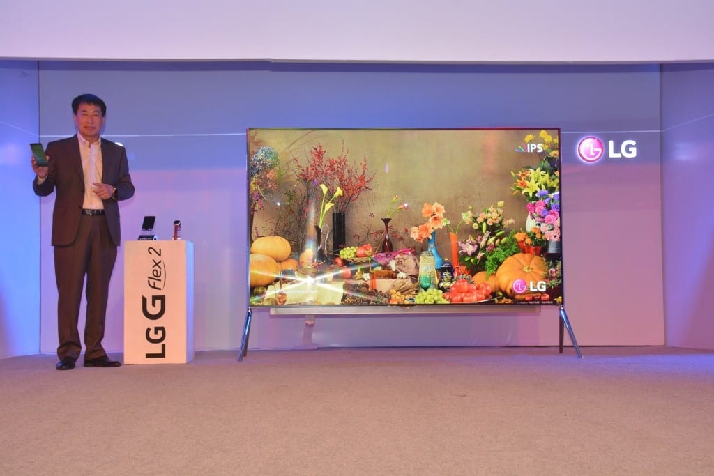 Mr. Soon Kwon MD LG India with the newly launched LG GFlex 2 and  LG 98 4K UHD TV