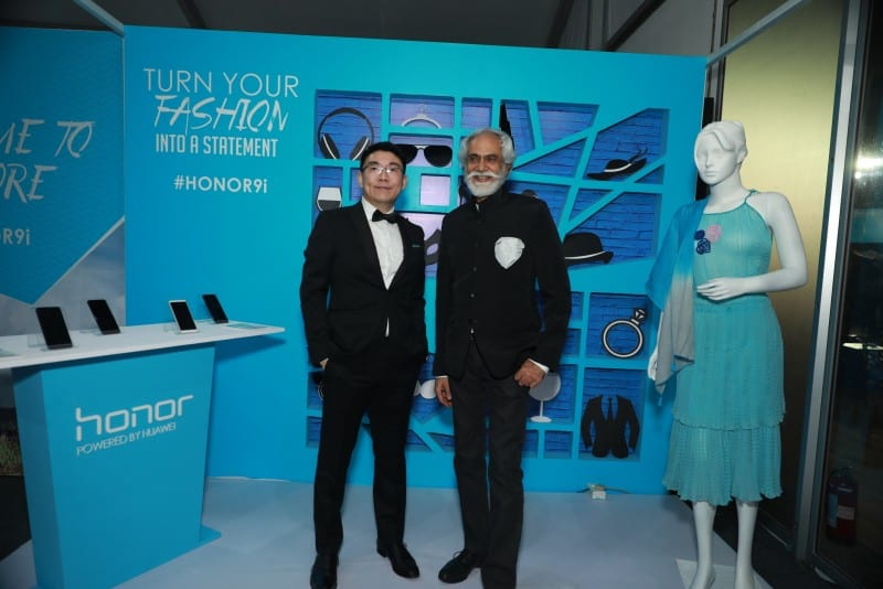 Peter Zhai, President, Huawei India Consumer Business Group with Sunil Sethi, President FDCI at Honor Show, AIFW
